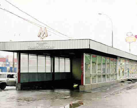 В Москве у станции метро неизвестный расстрелял двух человек